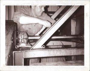 TIdliger Barker-medarbejder arbejder på ventilator
